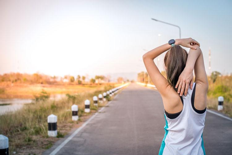 肩のストレッチをする女性