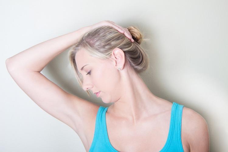 肩甲挙筋のストレッチを行う女性