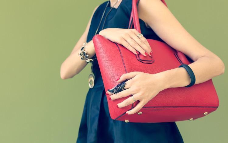 肩にかばんをかける女性