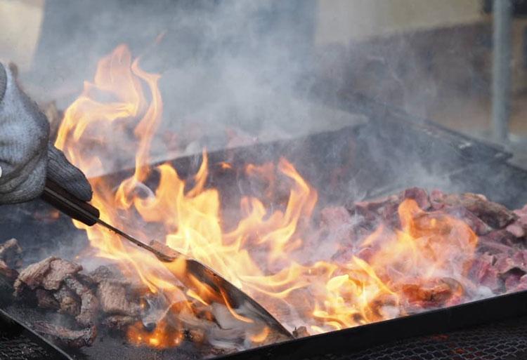 肉を焼いている様子