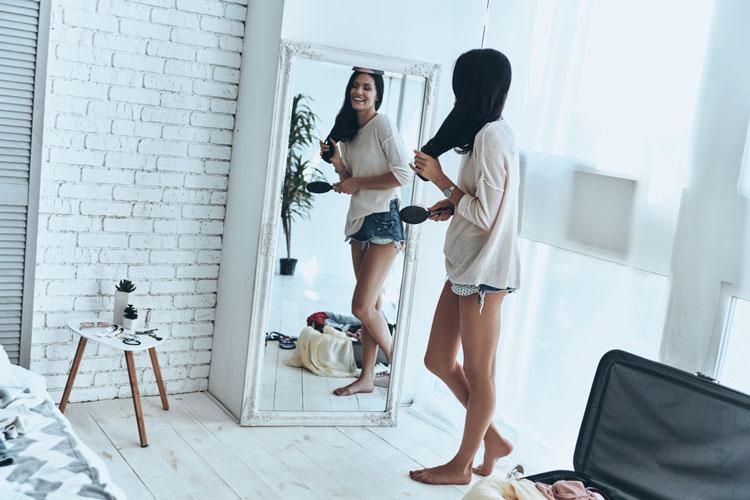 鏡で姿勢を確認する女性