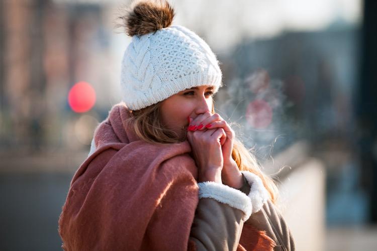 凍える女性