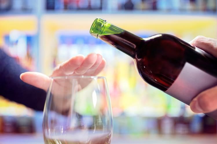 お酒を注がれるのを拒否する写真