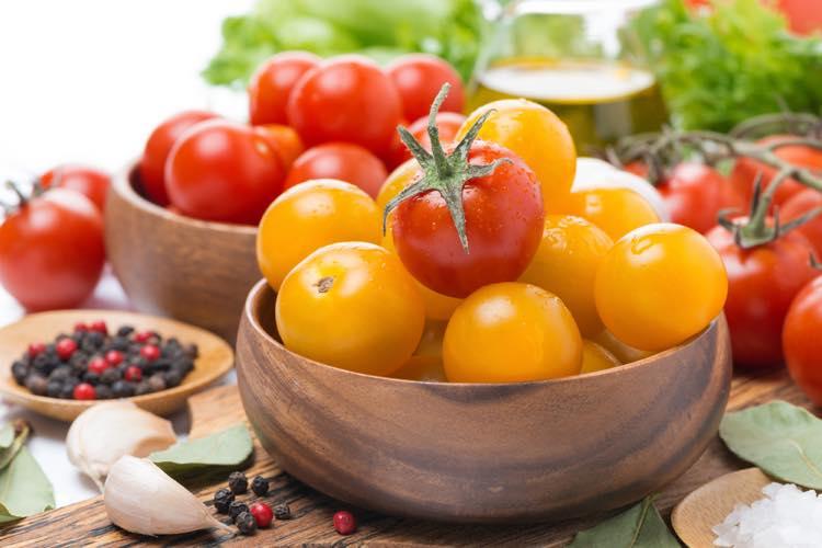 赤いプチトマトと黄色いプチトマト