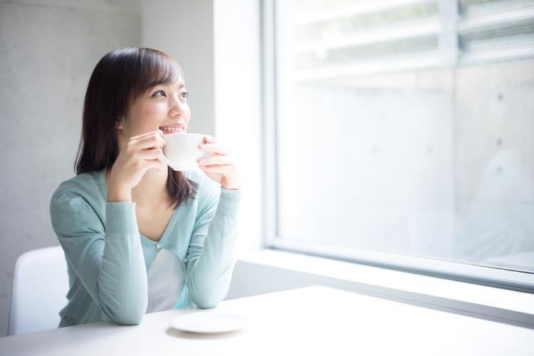コーヒーやお茶を飲む女性