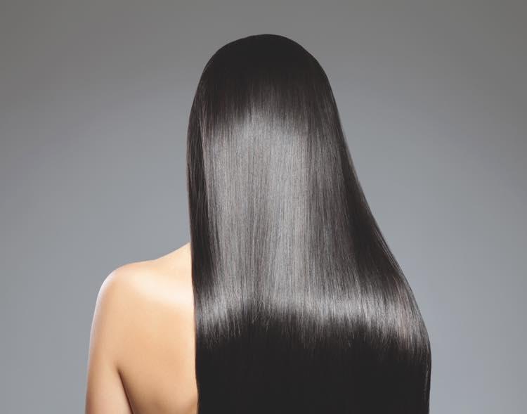 黒髪の女性の後ろ姿