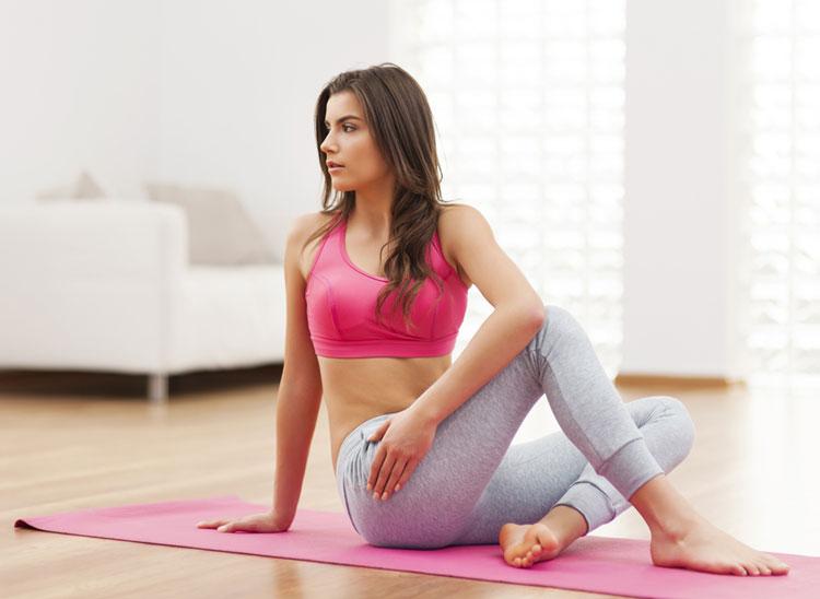 自宅でトレーニングをする女性