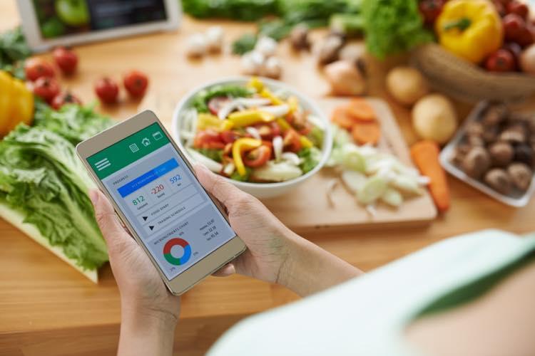 ダイエットのスマホアプリを使う女性