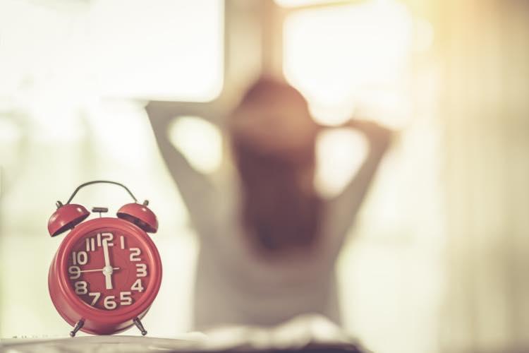 目ざまし時計と女性