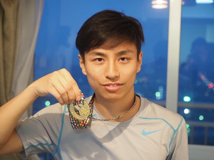 東京マラソンのメダルを掲げる写真