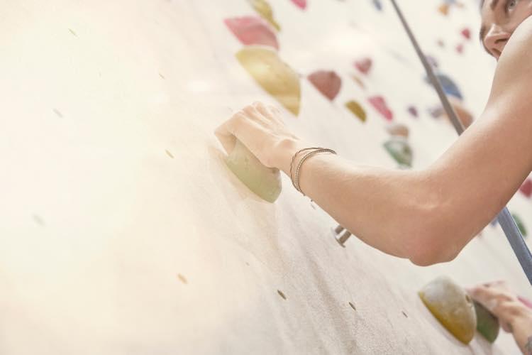 ボルダリングをしている人の腕