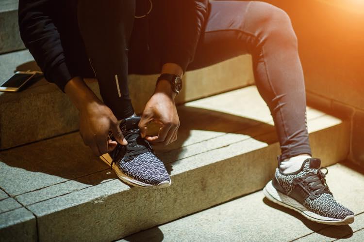 ランニングシューズの靴紐を結ぶ