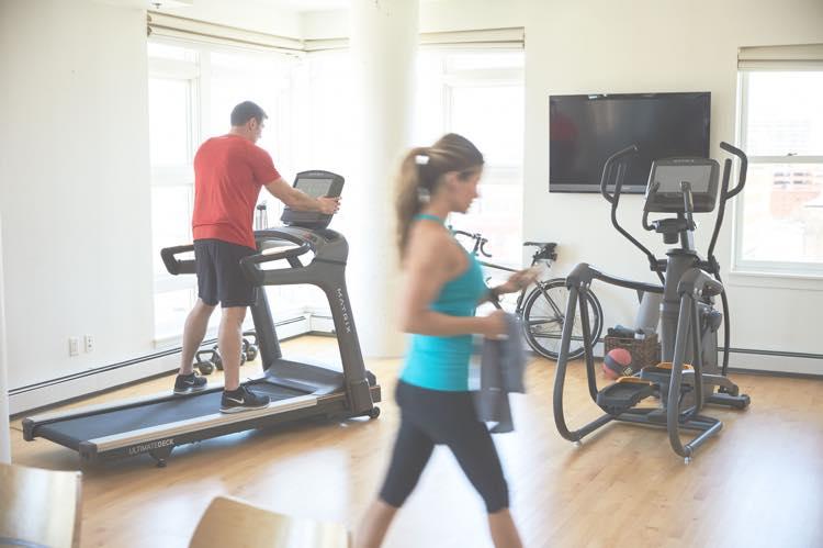 家庭用MX16_LIFESTYLE_RETAIL MNPLS male-female_treadmill-walking_side-angle