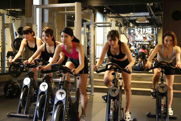 固定式のステーショナリーバイクを使った室内でのトレーニング