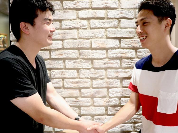 石田と易の握手