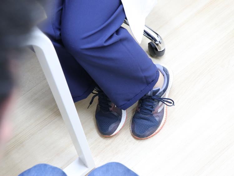 ランニングシューズを履く青木先生