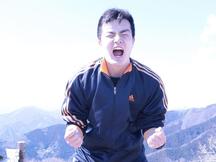 山頂で叫ぶ石田