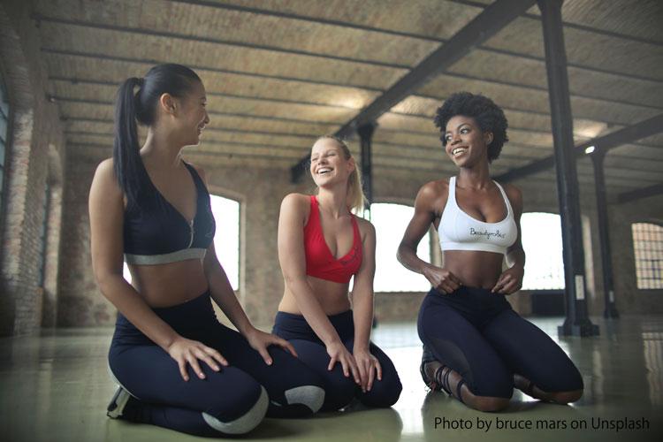 ジムで談笑する3人の女性