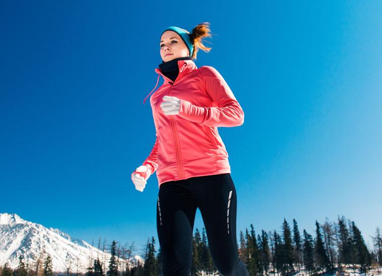 冬に走る女性