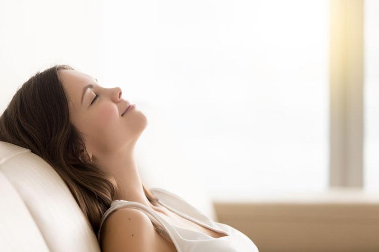 リラックスする女性