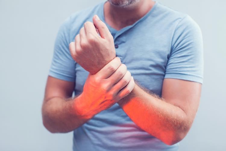 前腕が筋肉痛になっている男性